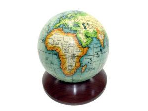 Kleiner Globus auf Holz Sockel
