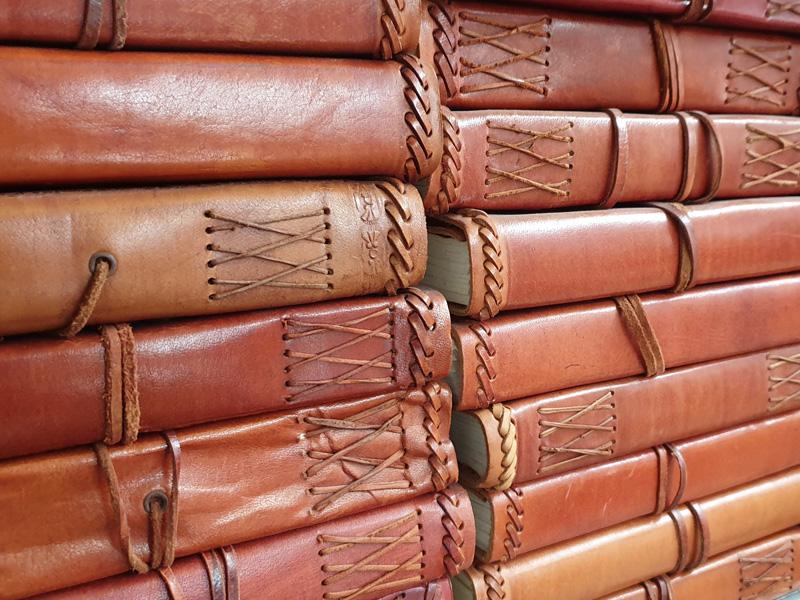 Lederbücher gestapelt